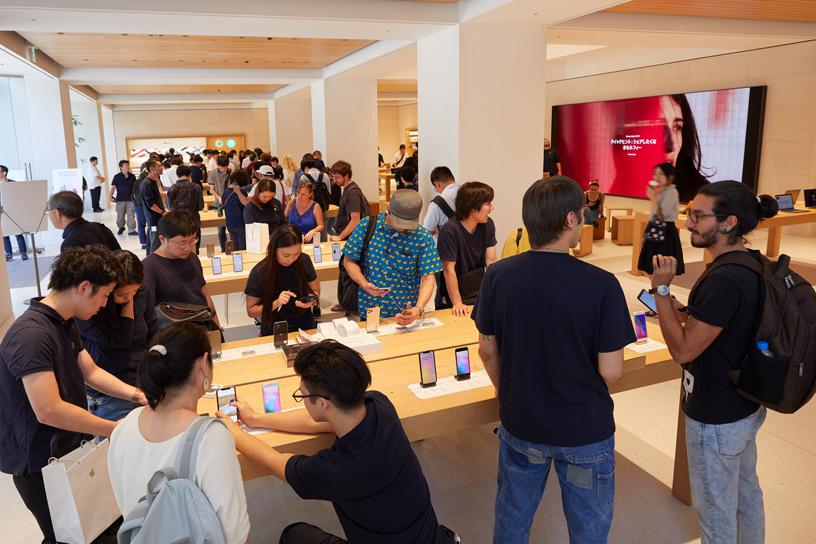 Apple Marunouchi 店内顾客云集。