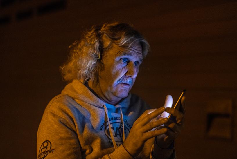 Leason 在当天活动前通过他的 iPhone Xr 了解海浪的情况。