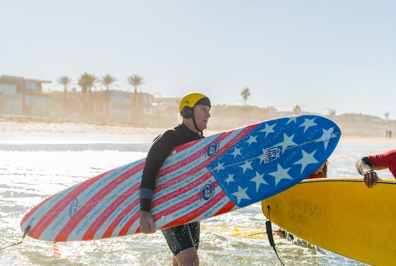 Leason 带着 2015 年为参赛购买的 Hank Warner 定制冲浪板向海中进发。