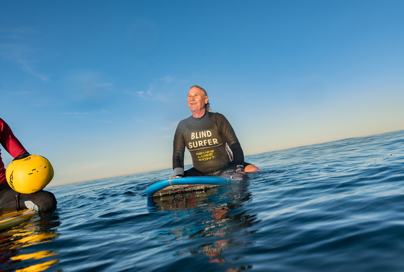 Scott Leason 在 Mission Beach 等待第一波海浪的到来。