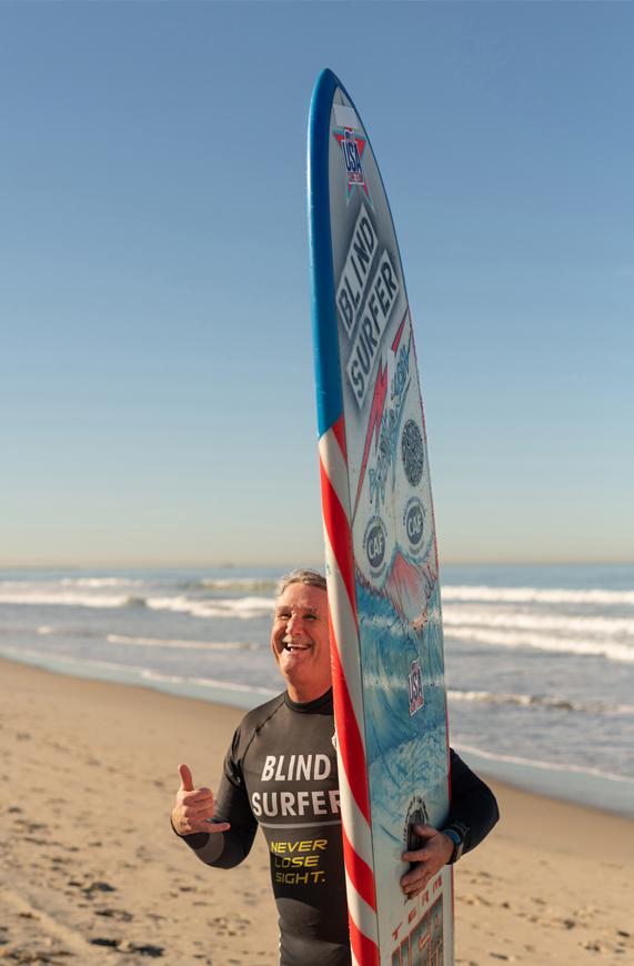 "Scott 摆出代表""放轻松""的沙卡手势,训练后,他通常用这种方式结束一天的水上生活。"