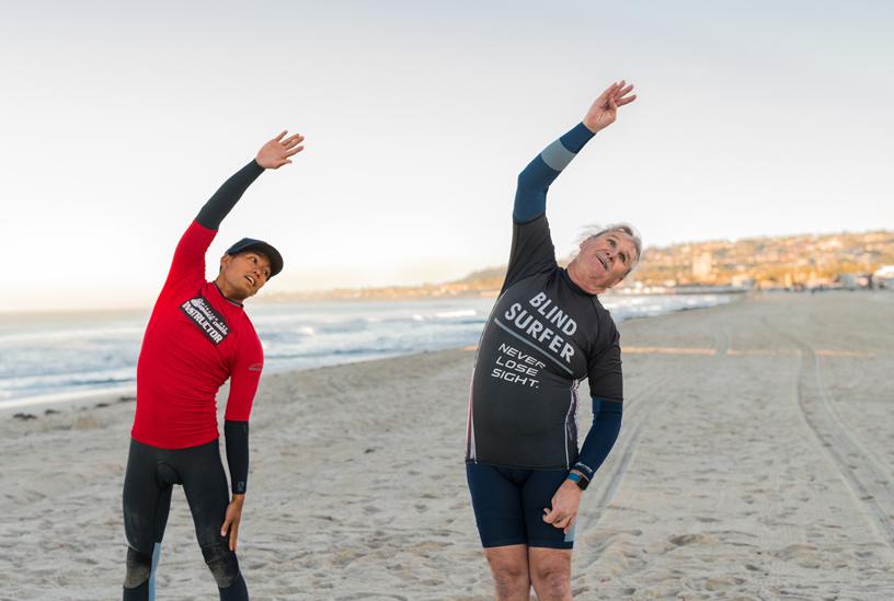开始逐浪前,Leason 与 Lau 先在海滩上做了一节瑜伽。