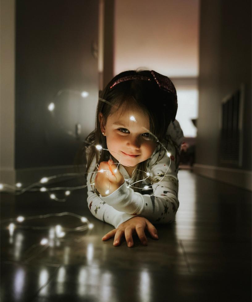 图片为一个小姑娘正拿着绳灯玩耍。