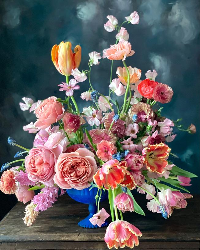 蓝色花瓶中的花,以人像模式拍摄。