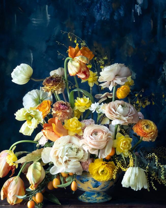 插在多彩花瓶中的花。