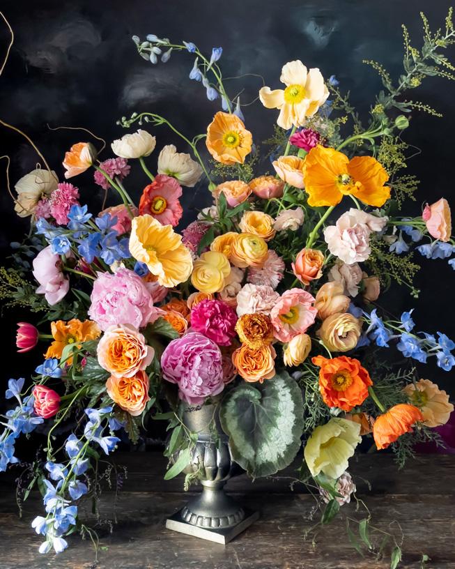 插在壶中的花。