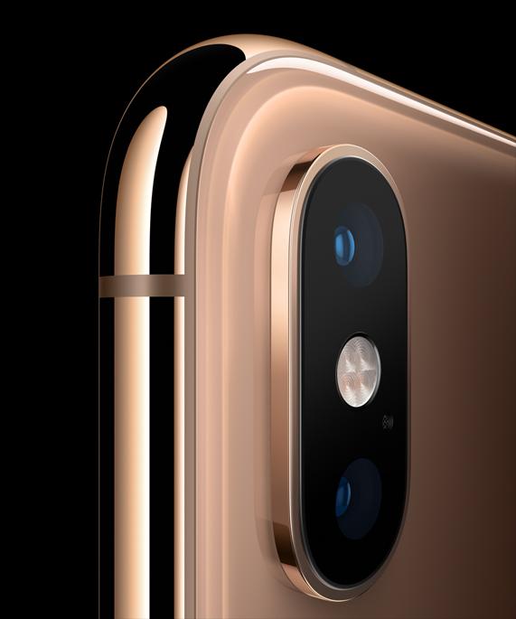 iPhone Xs 上角处的双镜头系统。