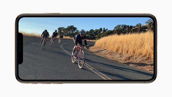 iPhone Xs 上显示动态视频图像。