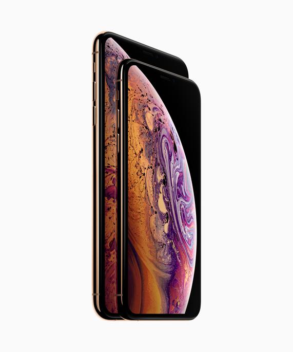 iPhone Xs 摆放在 iPhone Xs Max 前面,展示超视网膜显示屏。