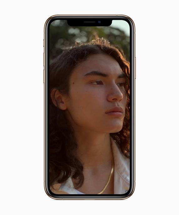 iPhone Xs 上显示应用舞台光特效的人像照片。