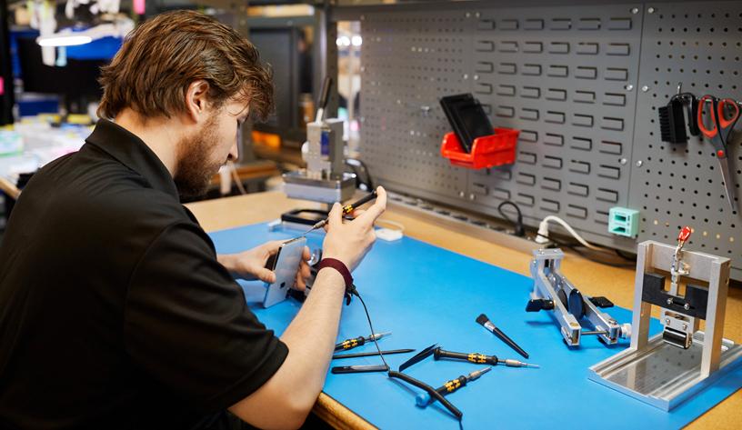 独立维修服务提供商正在修理 iPhone。