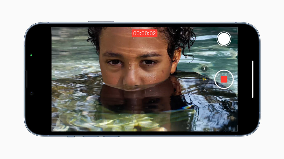 iPhone 13 Pro 使用 A15 仿生的新一代图像信号处理器,在水边录制视频。