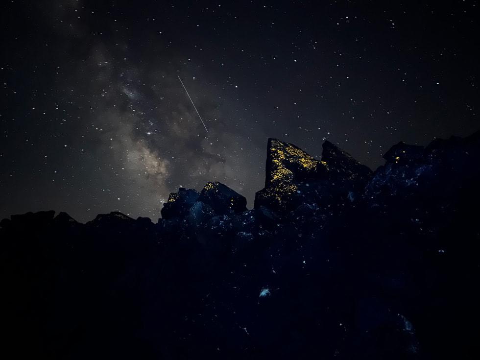 使用 iPhone 13 Pro 广角镜头拍摄的夜空。