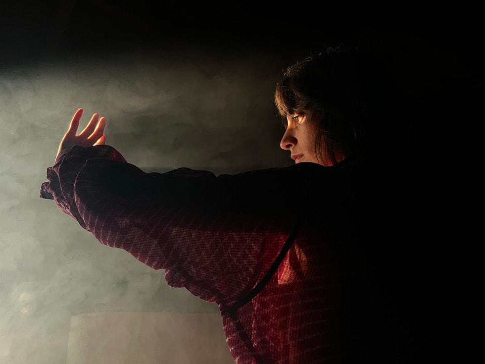 使用 iPhone 13 Pro 广角镜头在低光条件下拍摄的一名女子。