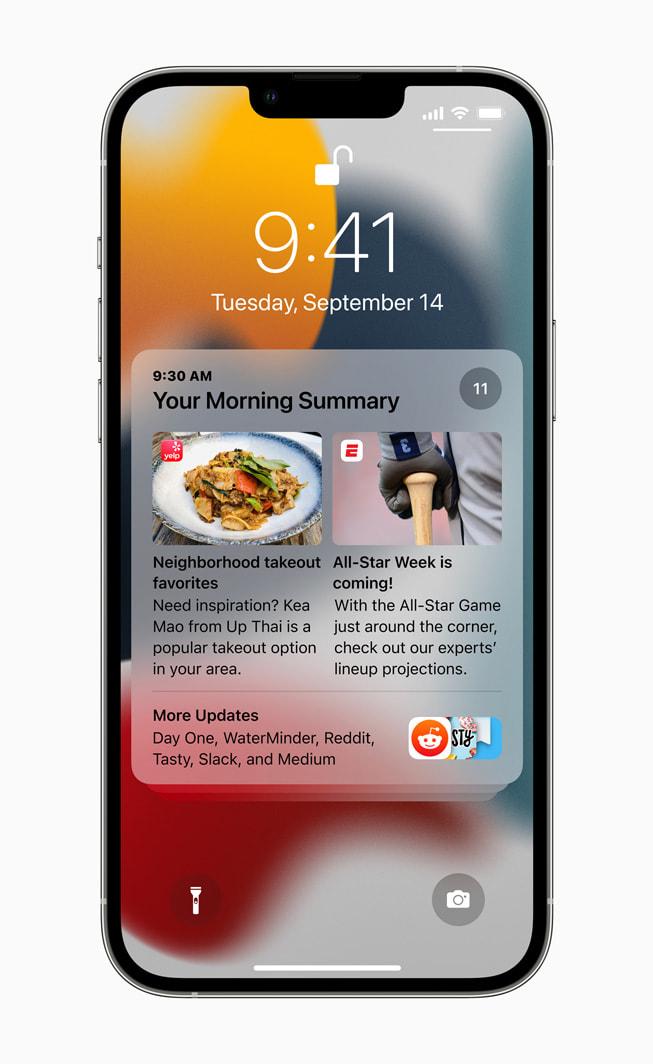 运行 iOS 15 的 iPhone 13 Pro 锁定屏幕上显示一条通知摘要。