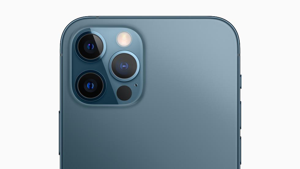 iPhone 12 Pro 后视图展示 Pro 级摄像头系统的各个镜头。