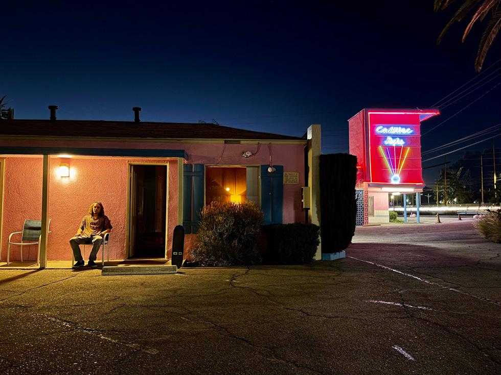 在 iPhone 12 Pro 上使用夜间模式拍摄的黄昏时分照片。