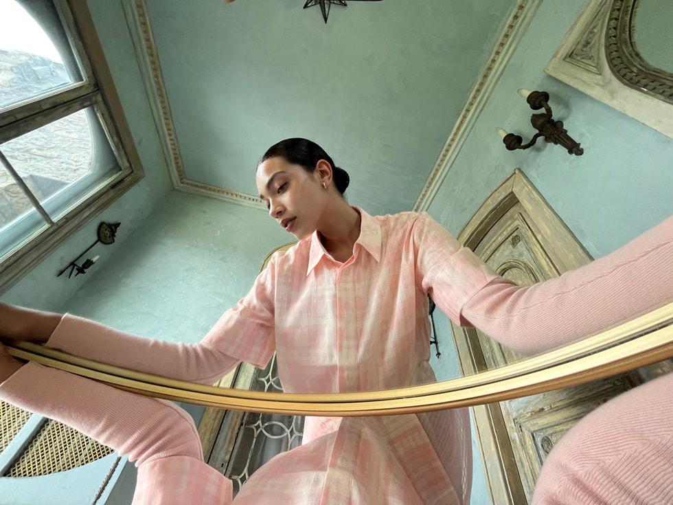使用 iPhone 13 的超广角摄像头拍摄的镜像效果的女子照片。
