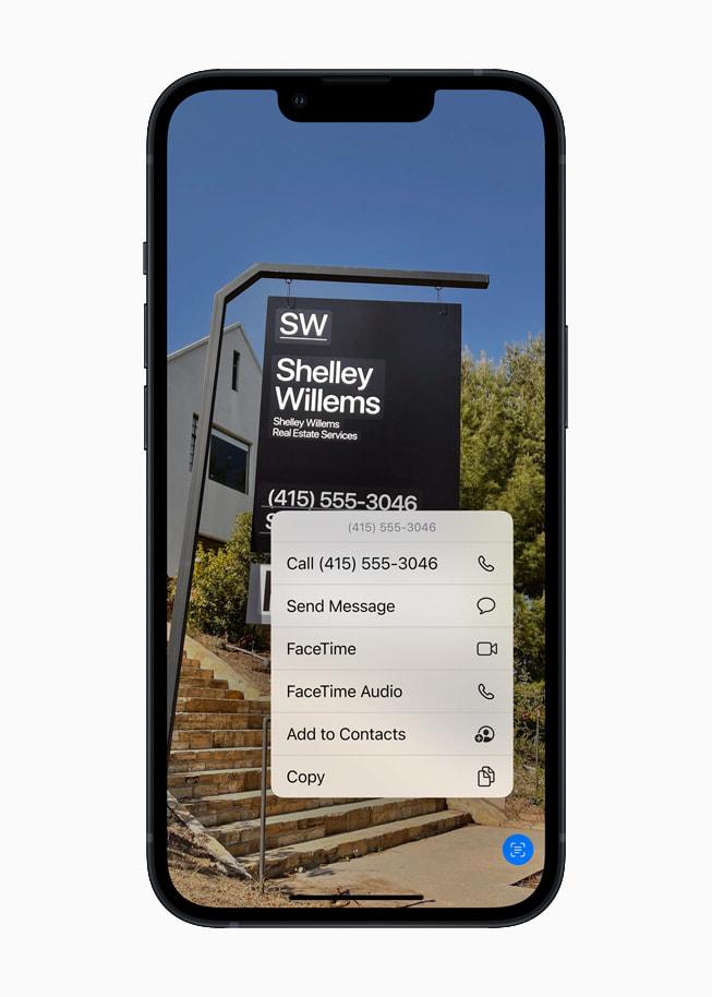 运行 iOS 15 的 iPhone 13 正使用实况文本来识别照片中的文本。