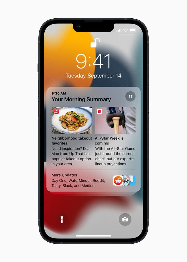 运行 iOS 15 的 iPhone 13 展示锁定屏幕上的通知摘要。