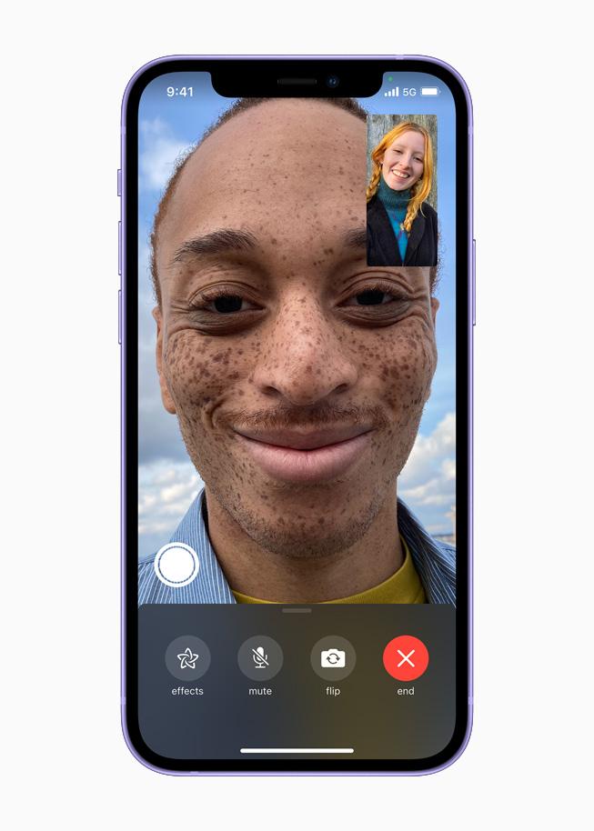 在 iPhone 12 上展示 FaceTime 视频通话。