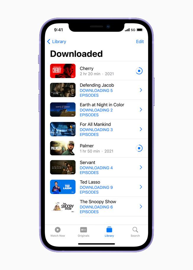 在 iPhone 12 上展示 Apple TV app。