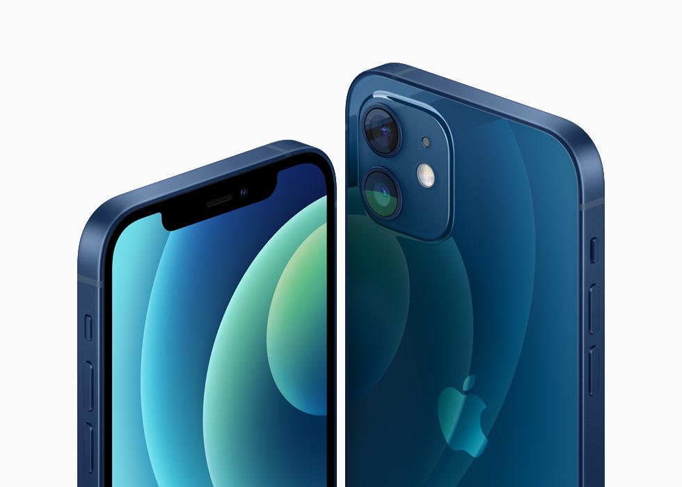 蓝色铝金属外观的 iPhone 12 和 iPhone 12 mini。