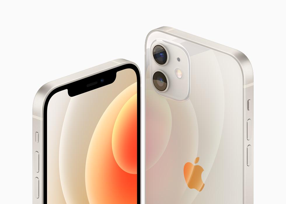 白色铝金属外观的 iPhone 12 和 iPhone 12 mini。