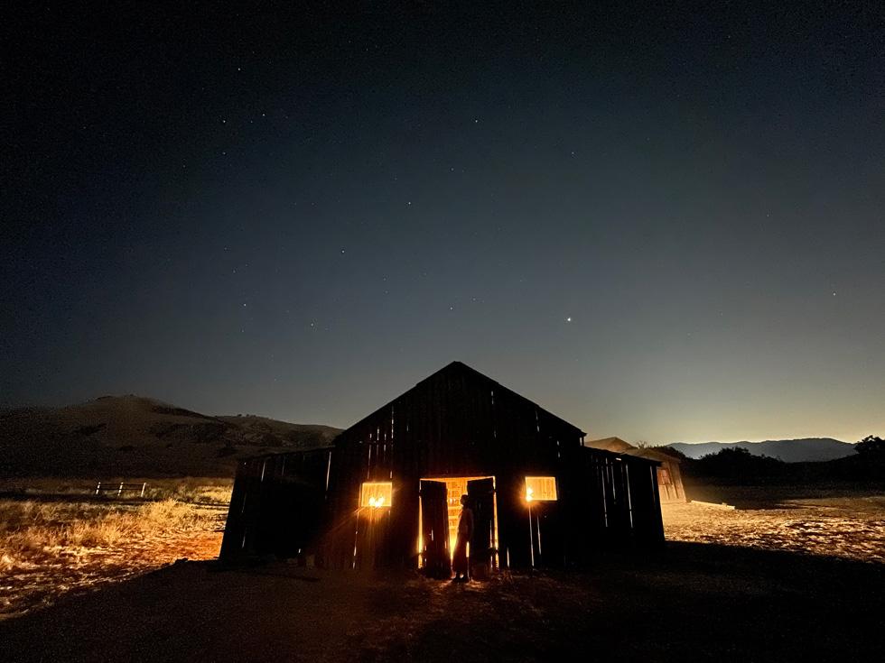 iPhone 12 上展示在室外使用夜间模式拍摄的建筑物照片。