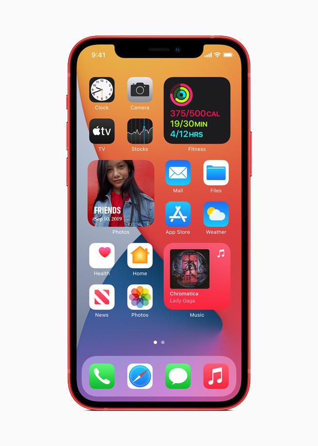 在 iPhone 12 上所显示的 iOS 14 小组件。