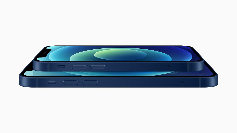 蓝色铝金属外观的 iPhone 12 和 iPhone 12 mini 的层叠展示图。