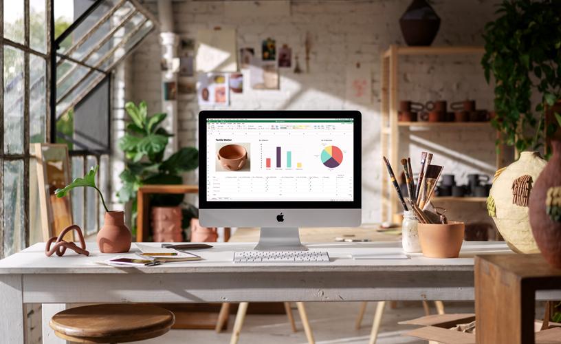 使用 iMac 的小企业办公室。