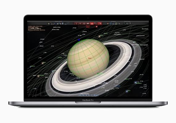 MacBook Pro 屏幕正在显示 Redshift 天文 app。