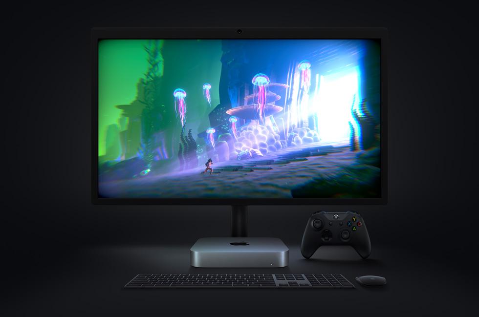 显示器上展示在 Mac mini 上运行的电子游戏《Little Orpheus》,旁边放置无线键盘与鼠标,以及 Xbox 手柄。