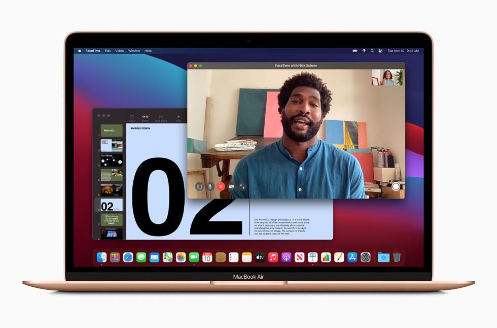 MacBook Pro 上展示 FaceTime 通话。