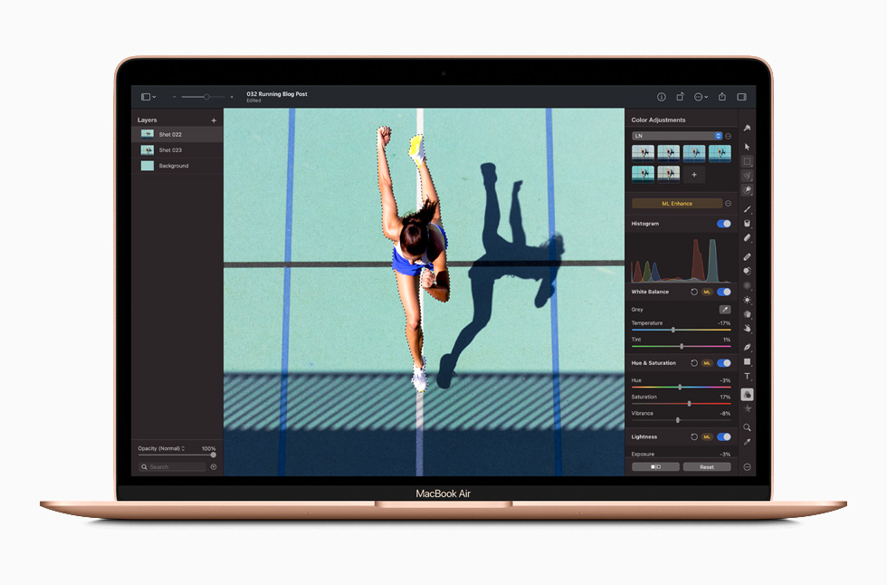 MacBook Air 上展示使用 Photoshop 编辑照片时的界面。