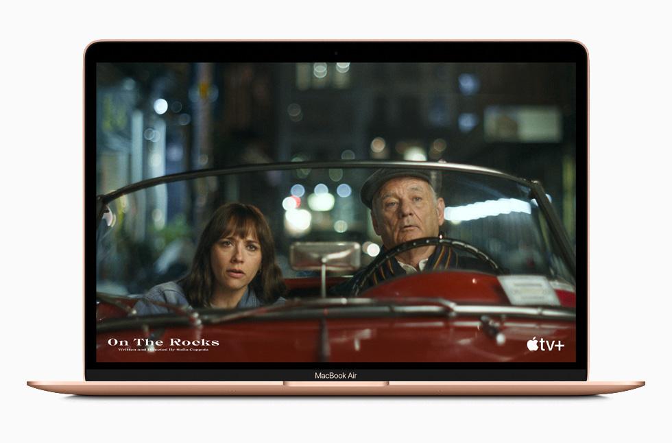MacBook Air 上的 Apple TV+。