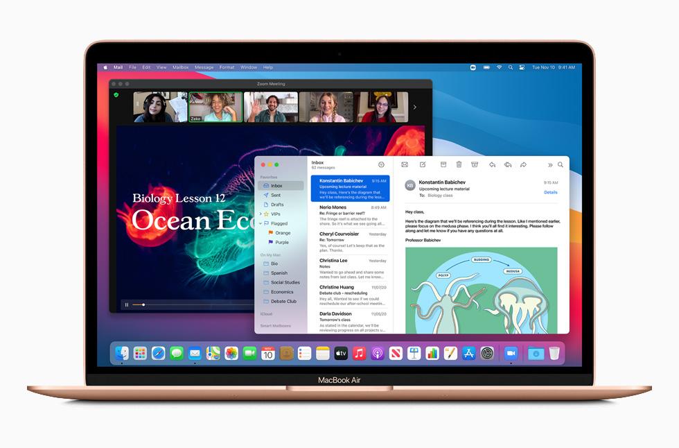 金色 MacBook Air。