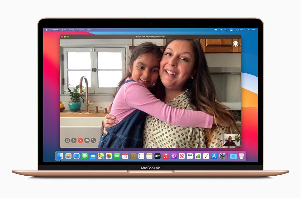 在新款 MacBook Air 上进行 FaceTime 通话。