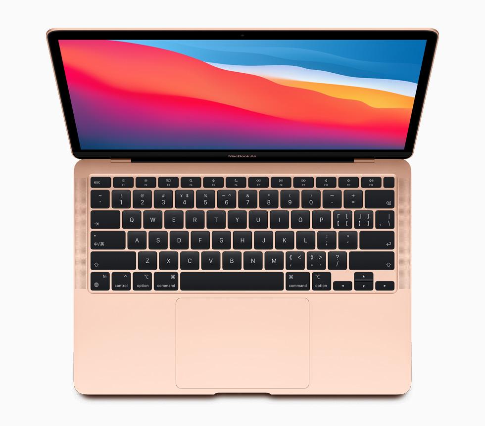 配备 M1 芯片的金色 MacBook Air。
