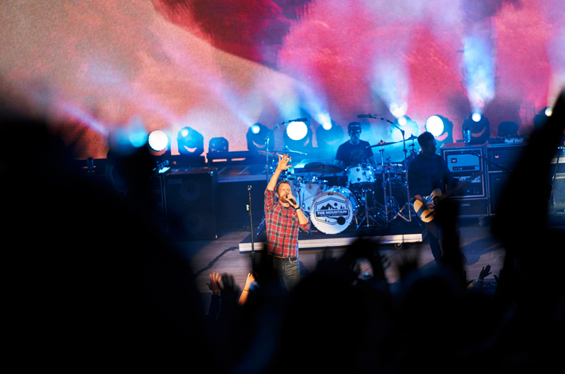 Dierks Bentley 在山景城 Shoreline Amphitheatre 剧场登台献唱。
