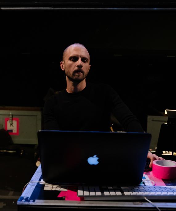Enrico de Trizio 面前摆着一台 MacBook Pro。