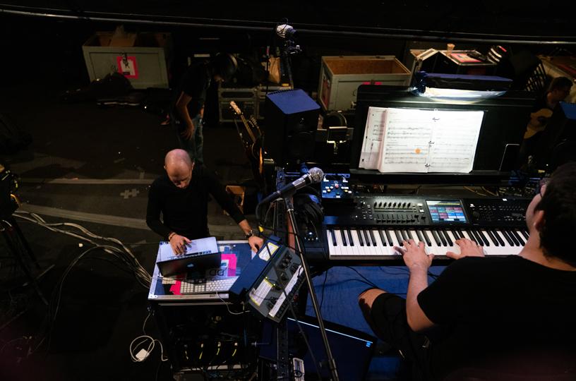 De Trizio 正在使用 MacBook Pro,指挥正在测试乐器。