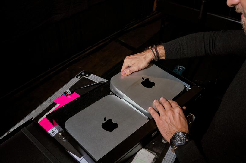 幕后的两部 Mac Mini。