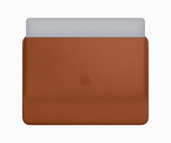 适用于 MacBook Pro 的鞍褐色皮革保护套。