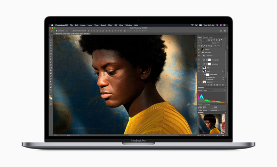 MacBook Pro 正在运行 Photoshop。