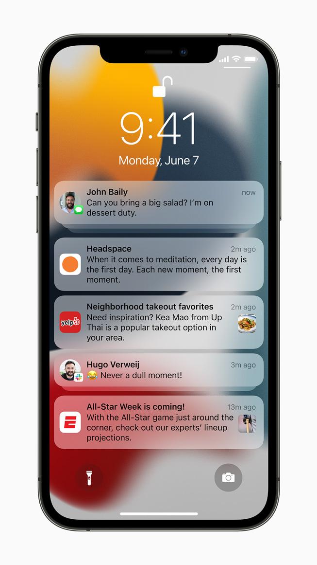 iPhone 12 Pro 上展示通知。