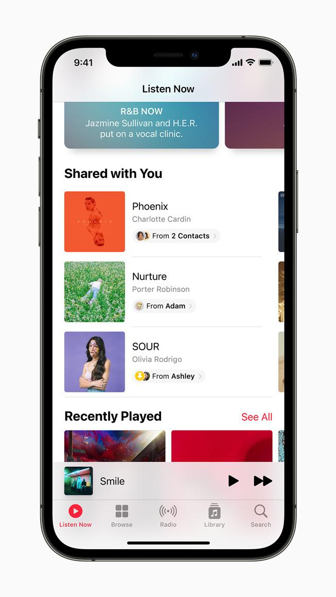"""iPhone 12 Pro 的 Apple Music 中展示""""与您共享""""功能。"""