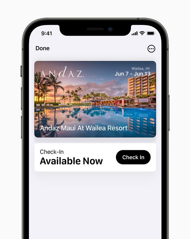 iPhone 12 Pro 的钱包 app 中展示数字酒店钥匙。