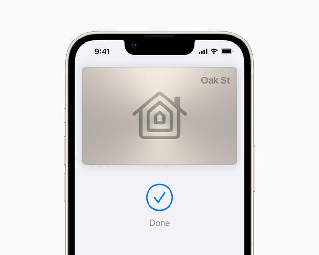 星光色 iPhone 13 上展示 iOS 15 中钱包 app 正在使用房屋钥匙。
